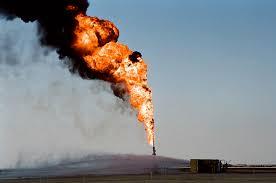 اندلاع حريق بعد تسرب نفطي بأحد الآبار في الكويت - المواطن