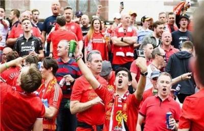 آلاف الجماهير الإنجليزية تصل بازل لدعم ليفربول أمام إشبيلية2