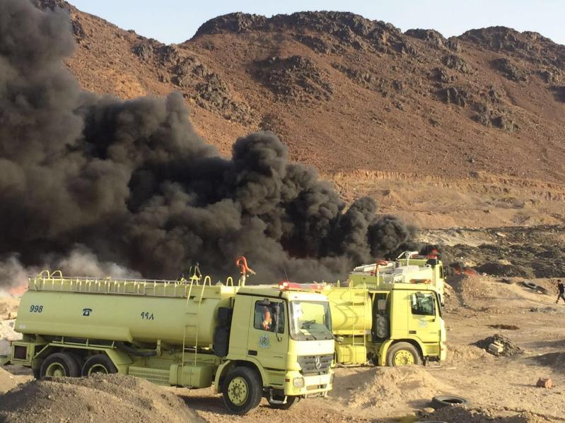 آليات المدني تكافح حريقًا ضخمًا شمال المدينة المنورة5