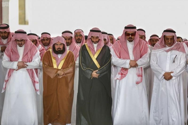 بالصور.. جموع غفيرة تشيع الأمير بندر بن خالد بن عبدالعزيز في المسجد الحرام
