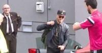 """بالفيديو.. أربيلوا يوبِّخ """"رودريجيز"""" ساخرًا لتأخِّره على حافلة الريال"""