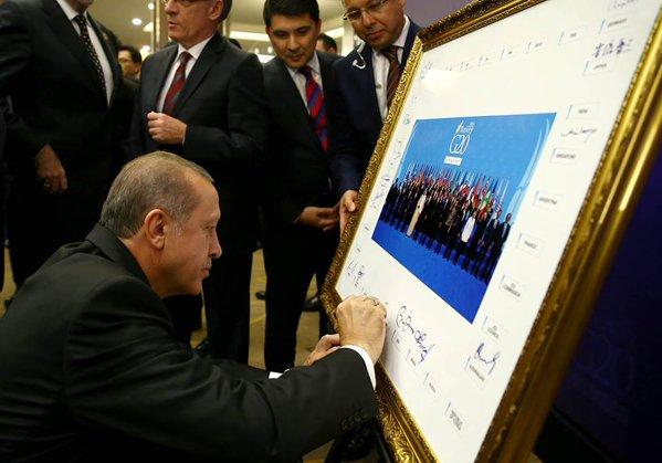 أردوغان يوقّع على الصورة الجماعية لقادة قمة العشرين