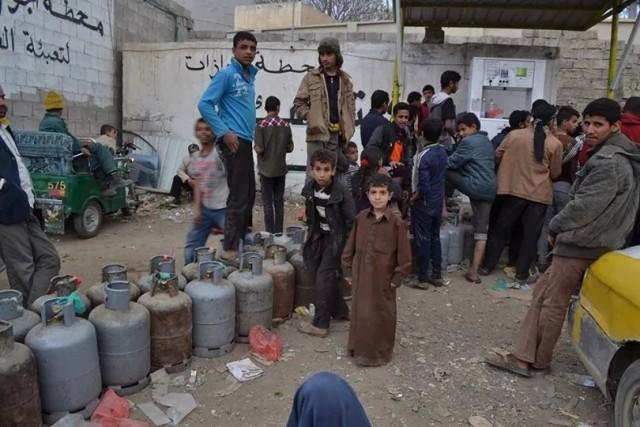 أزمة وقود ونقص حاد في المواد الغذائية تعصف بصنعاء - المواطن