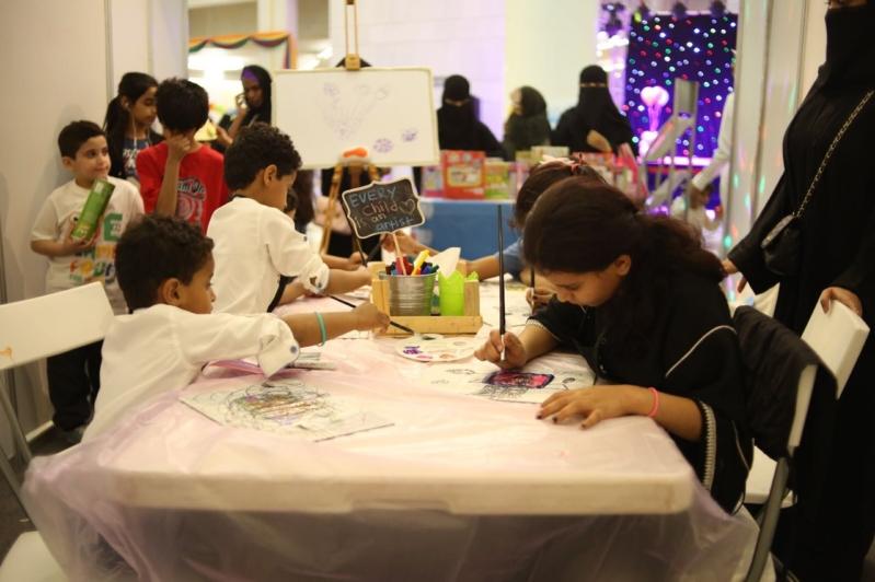 أطفال يبرزون مواهبهم في الرسم