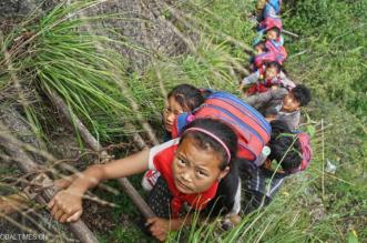 أطفال يخاطرون بحياتهم يومياً للذهاب إلى المدرسة في جبال الصين (1) 