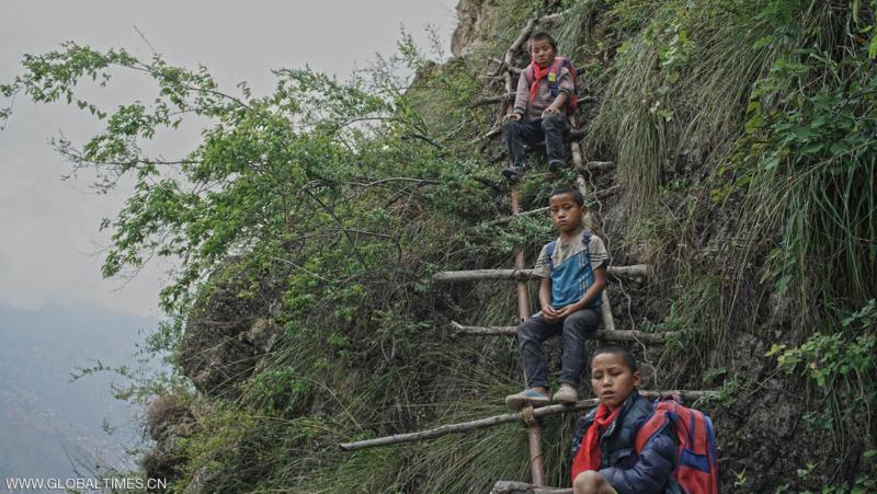 أطفال يخاطرون بحياتهم يومياً للذهاب إلى المدرسة في جبال الصين (215593165) 