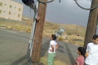 بالصور.. أطفال يعرِّضون أنفسهم لخطر التيار الكهربائي بأبها - المواطن