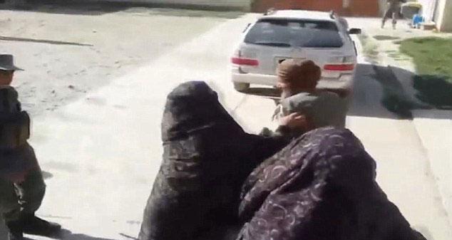 أفغانيات يضربن رجلاً زوّج طفلته مقابل ماعز (3)