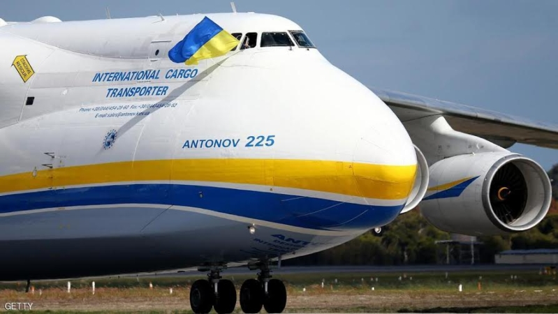 PERTH, AUSTRALIA - MAY 15:  A Pilot waves a Ukrainian flag from the cockpit window after landing the Antonov AN-225 Mriya at Perth International airport on May 15, 2016 in Perth, Australia. The Ukrainian cargo plane is 84 metres long and has a wingspan of 88.4 metres and is in Perth to  (Photo by Paul Kane/Getty Images)