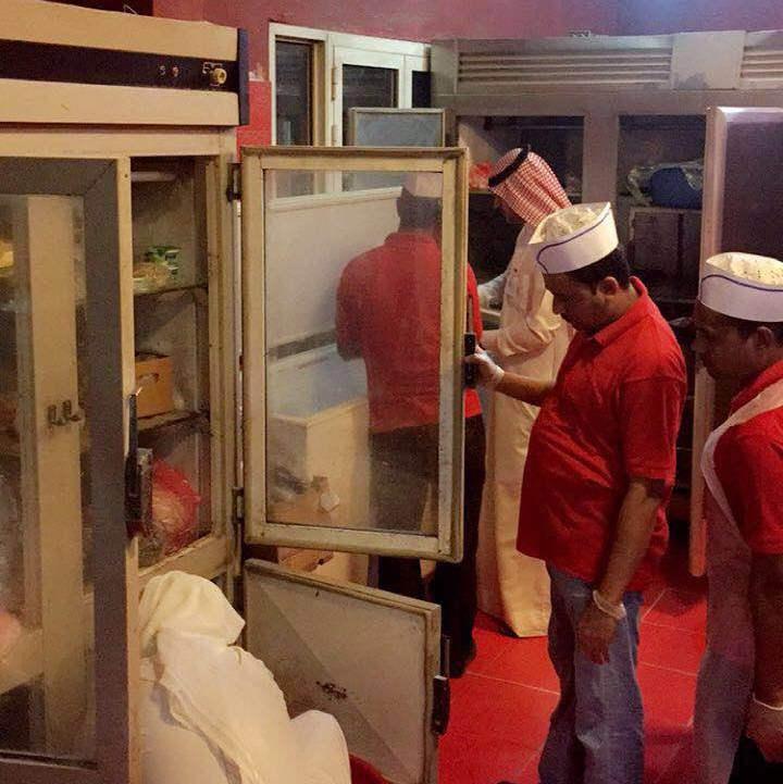 أمانة الجوف تواصل حملاتها وتغلق عدداً من المطاعم بسكاكا (7)