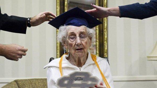 أمريكية تحصل على شهادة الثانوية العامة في عمر الـ97 (1)