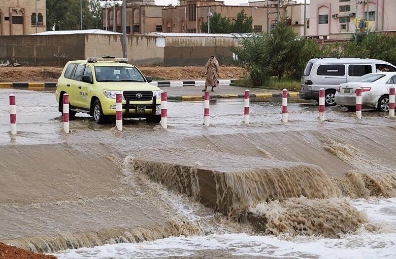 أمطار غزيرة على رفحاء والمدني يحذر (1)