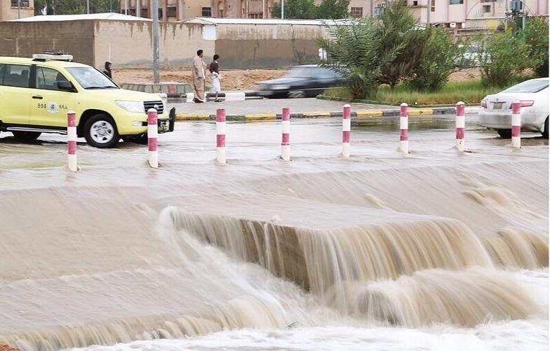 أمطار غزيرة على رفحاء والمدني يحذر (2)