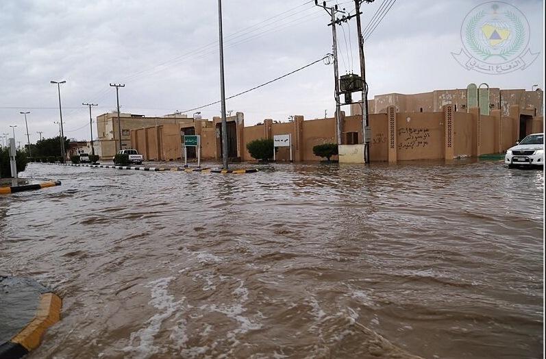 أمطار غزيرة على رفحاء والمدني يحذر (3)