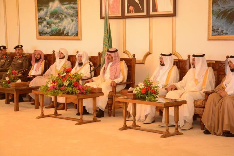 أمير الباحة مستقبلاً المهنئين بالعيد (338363382) 