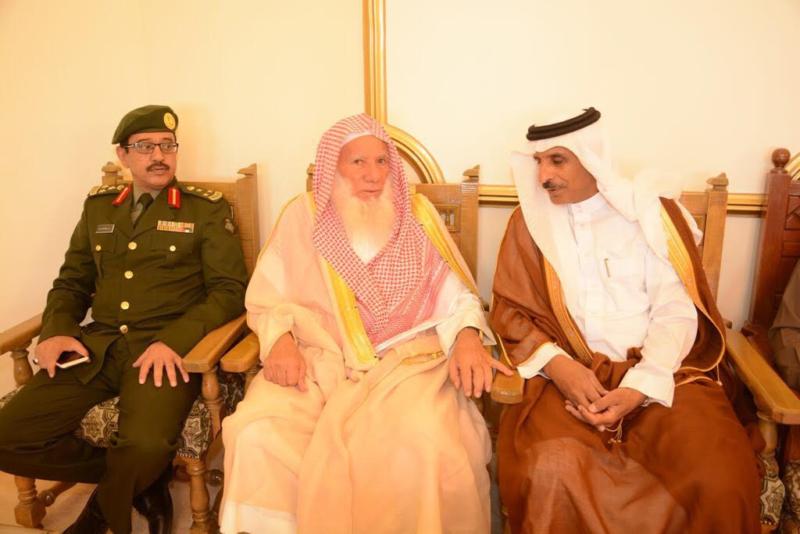أمير الباحة مستقبلاً المهنئين بالعيد (338363383) 
