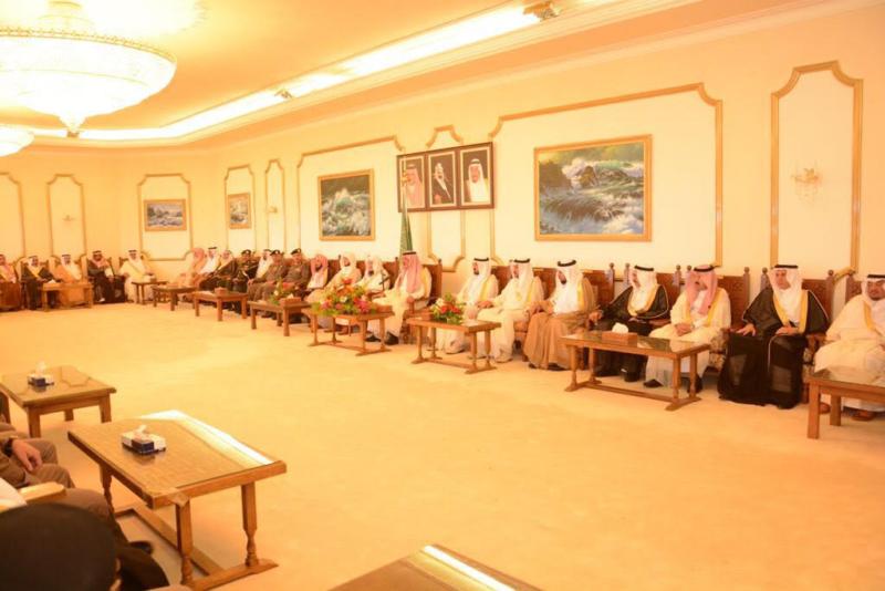 أمير الباحة مستقبلاً المهنئين بالعيد (338363387) 