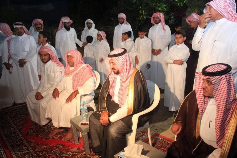 أمير الباحة يقدم التعازي للذوي الشهيد