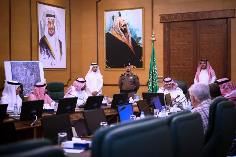 أمير الباحة يوجه بإلزام الشركات المنفذة لطرق الباحة بتوفير الإمكانات البشرية والفنية والمعدات 3