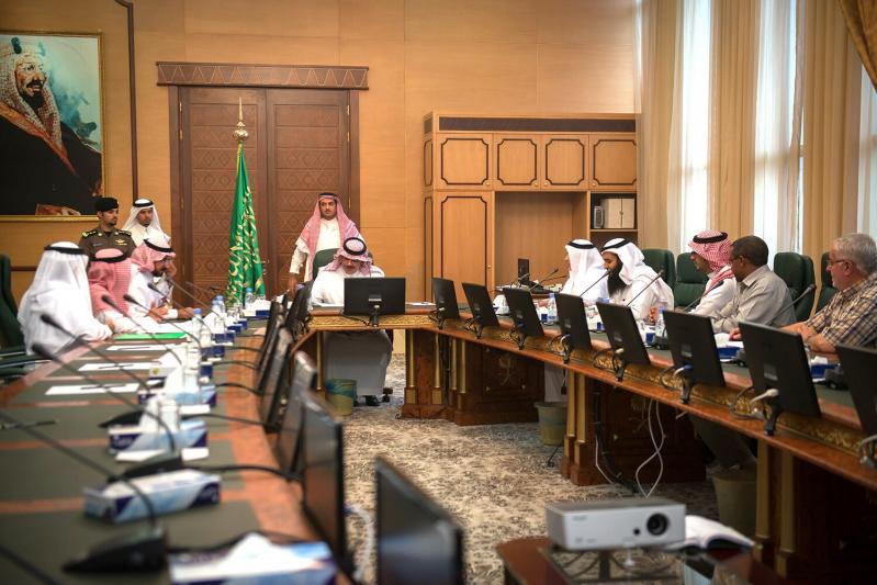 أمير الباحة يوجه بإلزام الشركات المنفذة لطرق الباحة بتوفير الإمكانات البشرية والفنية والمعدات