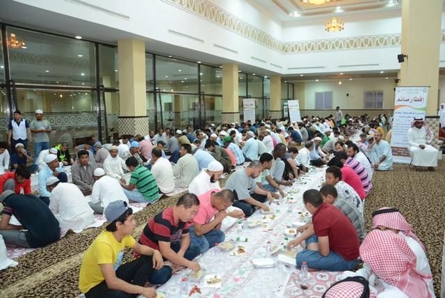 أمير الباحة يُشارك الأيتام وحديثي الإسلام الصائمين إفطارهم (4)