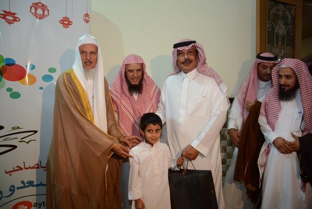 أمير الباحة يُشارك الأيتام وحديثي الإسلام الصائمين إفطارهم (8)
