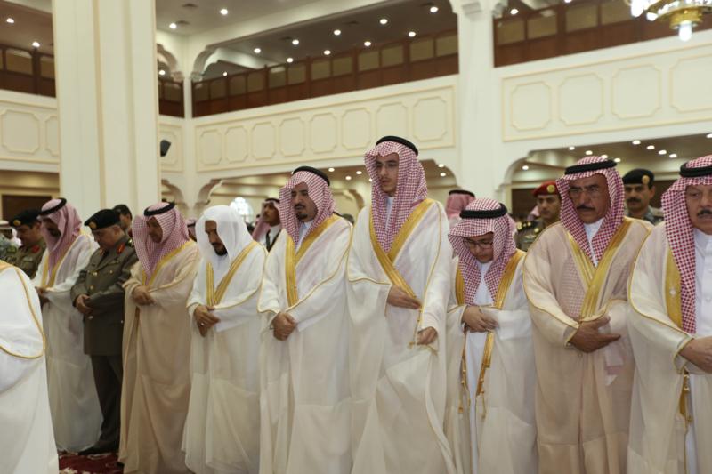 أمير الجوف يتقدم المصلين في صلاة عيد الفطر المبارك (1) 