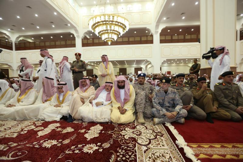 أمير الجوف يتقدم المصلين في صلاة عيد الفطر المبارك (371266731) 