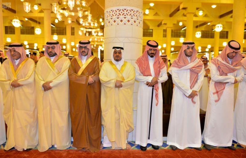 أمير الرياض يؤدي صلاة الميت على الأمير سلمان بن فواز