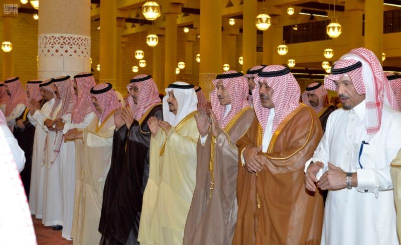 أمير الرياض يؤدي صلاة الميت على الأمير سلمان بن فواز1