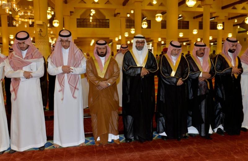 أمير الرياض يؤدي صلاة الميت على الأمير سلمان بن فواز2