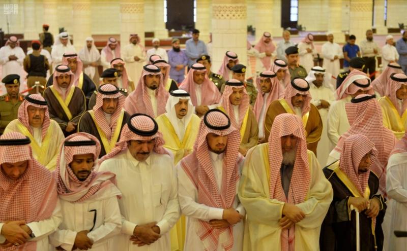 أمير الرياض يؤدي صلاة الميت على الأمير سلمان بن فواز3