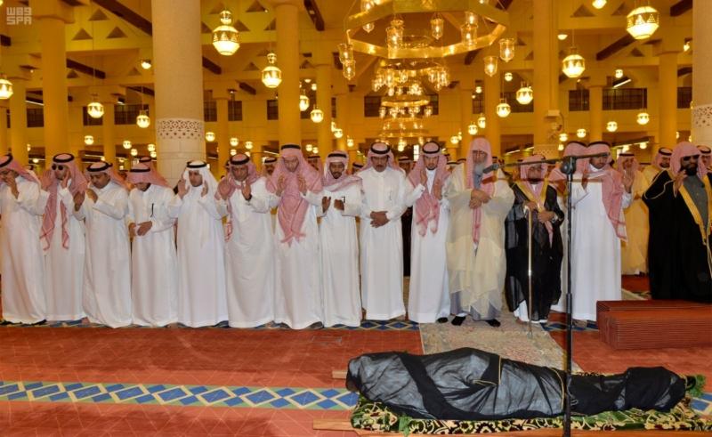 أمير الرياض يؤدي صلاة الميت على الأمير سلمان بن فواز4