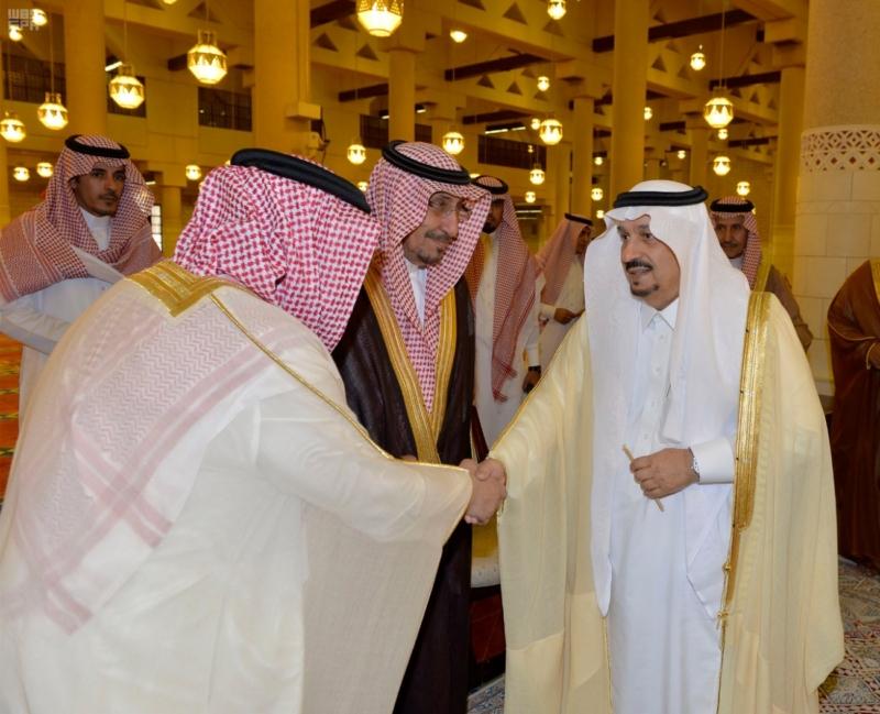 أمير الرياض يؤدي صلاة الميت على الأمير سلمان بن فواز5