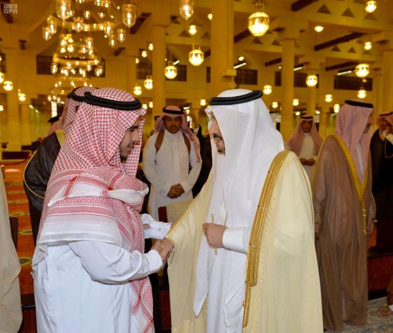 أمير الرياض يؤدي صلاة الميت على الأمير سلمان بن فواز6