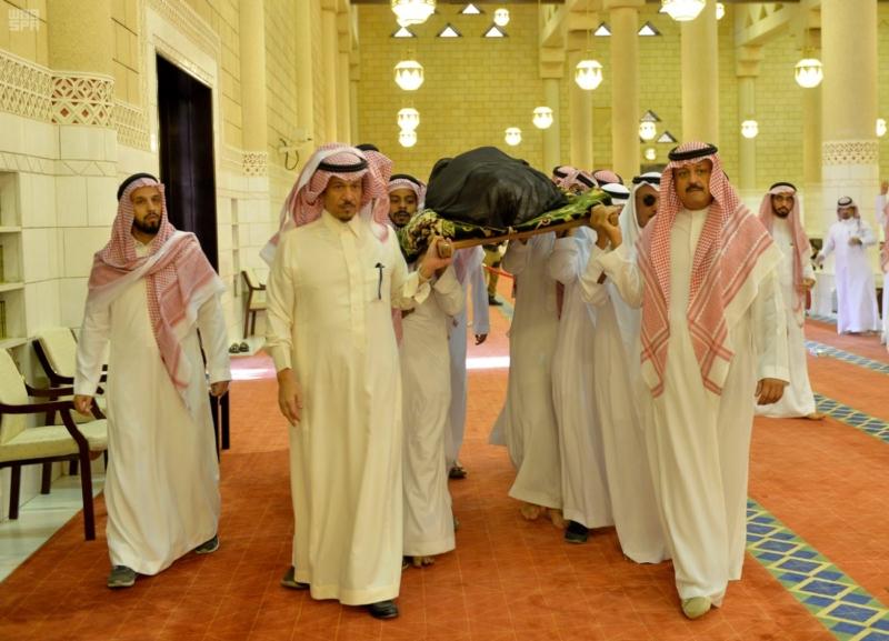 أمير الرياض يؤدي صلاة الميت على الأمير سلمان بن فواز7