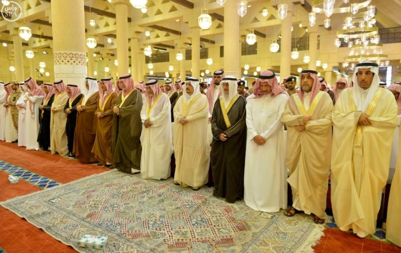 أمير الرياض يؤدي صلاة الميت على الأمير عبدالله  (1) 