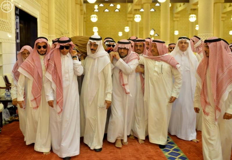 أمير الرياض يؤدي صلاة الميت على الأمير عبدالله  (271186077) 