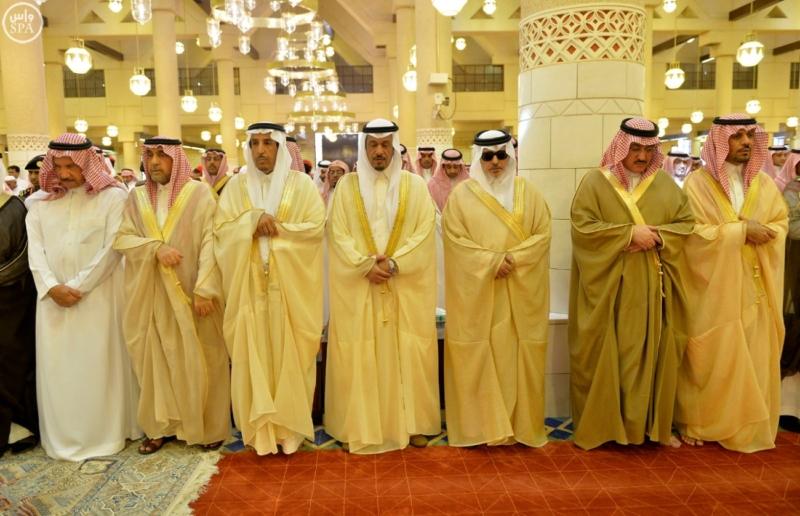 أمير الرياض يؤدي صلاة الميت على الأمير عبدالله  (271186078) 