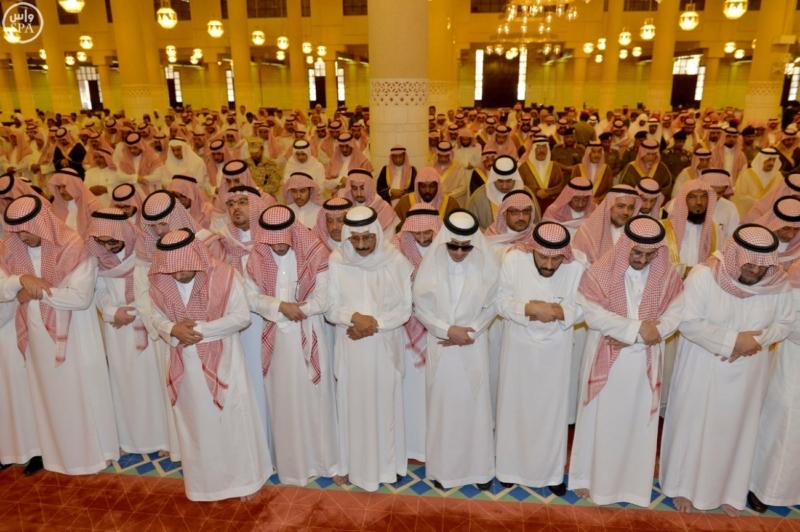 أمير الرياض يؤدي صلاة الميت على الأمير عبدالله  (271186079) 