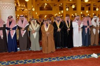 أمير الرياض يؤدي صلاة الميت على الأمير منصور بن فهد3