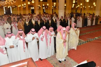 أمير الرياض يؤدي صلاة الميت على الاميرة سما بنت سعود1