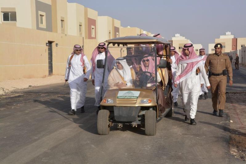 أمير الرياض يتفقد سير العمل بمشروع إسكان المجمعة