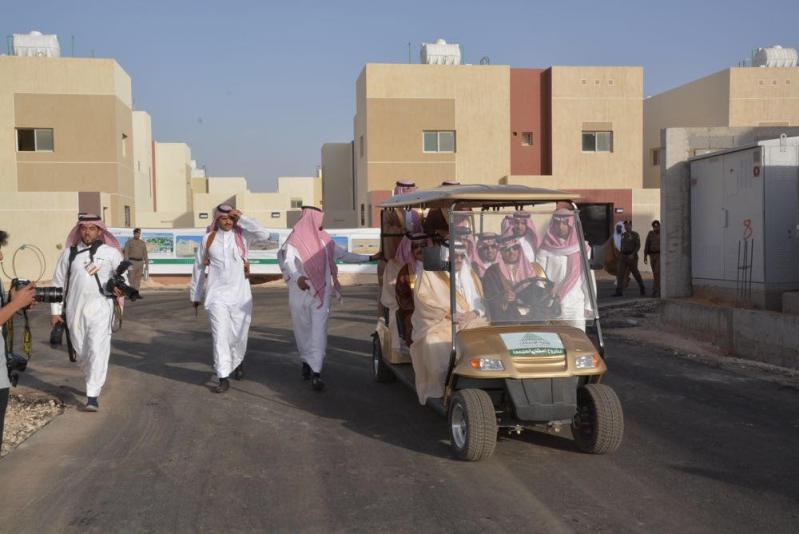 أمير الرياض يتفقد سير العمل بمشروع إسكان المجمعة3