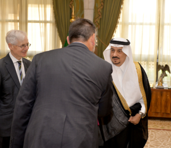 أمير الرياض يستقبل وفد الكلية الملكية البريطانية لدراسات الدفاع (1) 