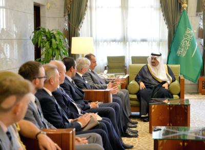 أمير الرياض يستقبل وفد الكلية الملكية البريطانية لدراسات الدفاع (34669058) 