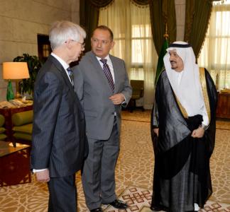 أمير الرياض يستقبل وفد الكلية الملكية البريطانية لدراسات الدفاع (34669060) 