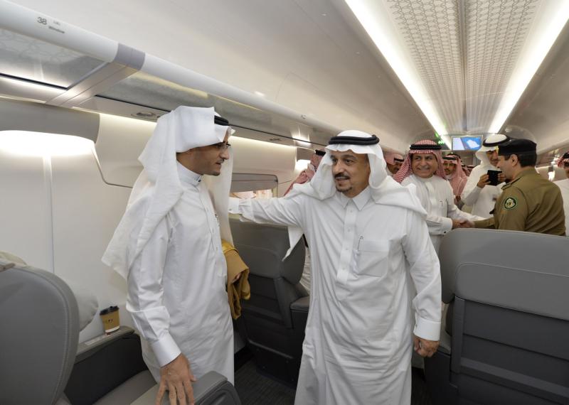أمير الرياض يقوم برحلة عبر قطار الشمال للمجمعة ويزور المحطات (34669074) 