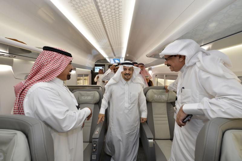 أمير الرياض يقوم برحلة عبر قطار الشمال للمجمعة ويزور المحطات (34669077) 