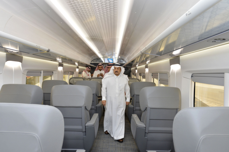 أمير الرياض يقوم برحلة عبر قطار الشمال للمجمعة ويزور المحطات (34669080) 